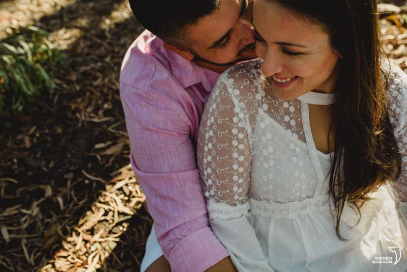 noivos sorrindo no book de casal