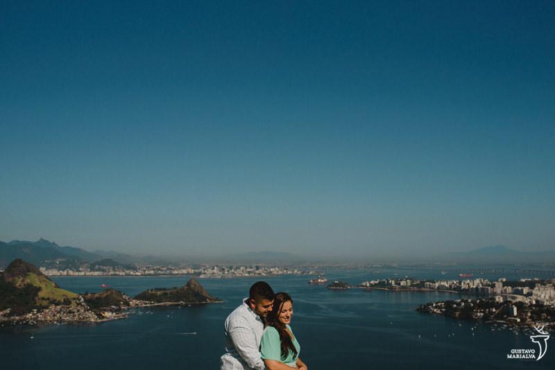 noivos abraçados no book de casal com o Rio de Janeiro de fundo