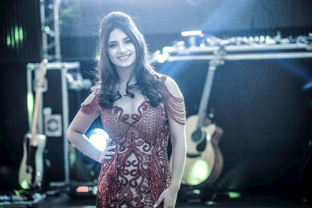 Gabriela linda em seu vestido vermelho
