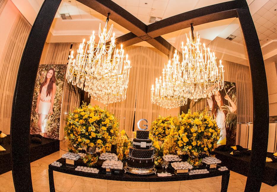 Mesa de bolo ricamente decorador Fernando Reame