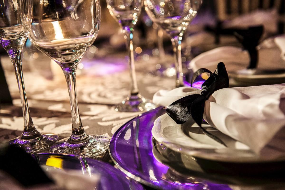 Buffet Claudia Porteiro talheres de prata e taças de cristal