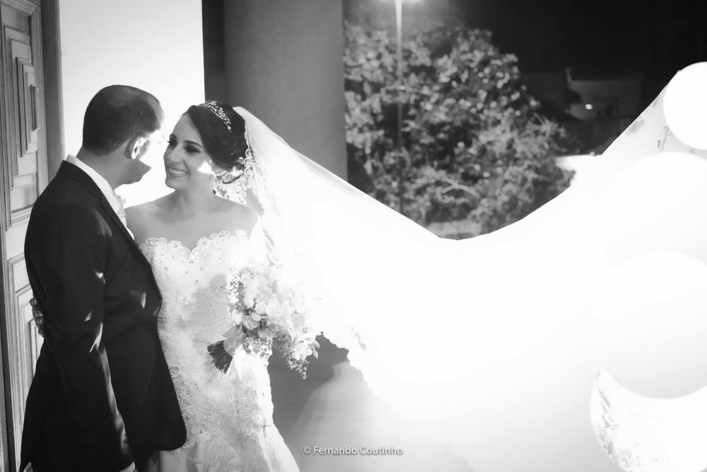 cena do ensaio fotografico dos noivos com imagens do video do casamento do casal de noivos que se casaram em americana sao paulo