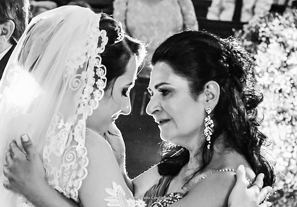 momento de emocao no casamento onde a noiva cumprimenta sua mae e chora muito com fotografia autoral de fernando coutinho campinas sao paulo