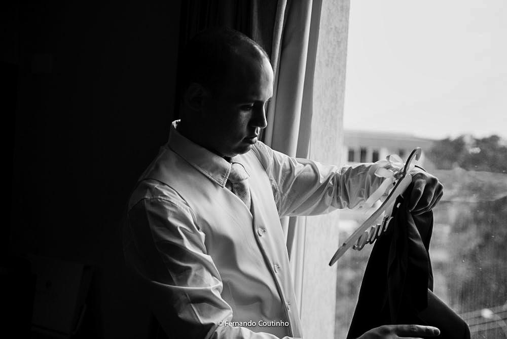 fotografia de casamento autoral de noivo se arrumando no making of do hotel a linda fotografia esta preto e branco