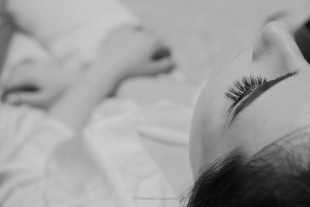 fotografo de casamento autoral fotografia de casamento autoral da noiva no salao de cabelereiros foto feita pela fotografa na colocaçao cilios posticos. fotografia autoral fotografo autoral