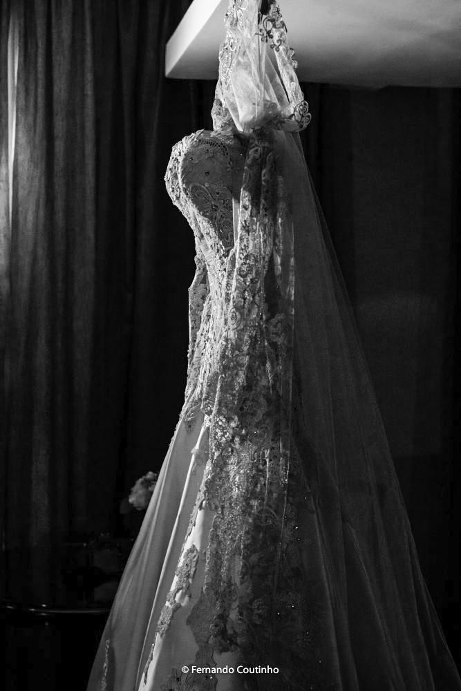 fotografia de casamento feita por fotografo de casmaento autoral fernando coutinho  com vestido de noiva lindo no atelier
