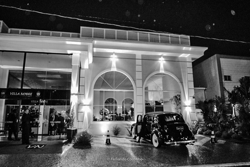 fachada do salao de festas villa nobre eventos com carro antigo rolls royce 1947 que levou o casal de noivos para a festa de casamento em americana sao paulo