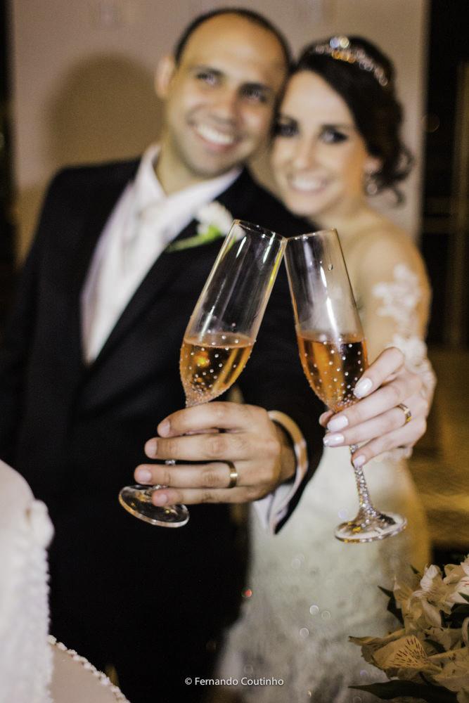 brinde do casal de noivos no casamento no espa;co de festas villa nobre eventos fotografia autoral feita pelo fotografo autoral de casamentos fernando coutinho de campinas sao paulo