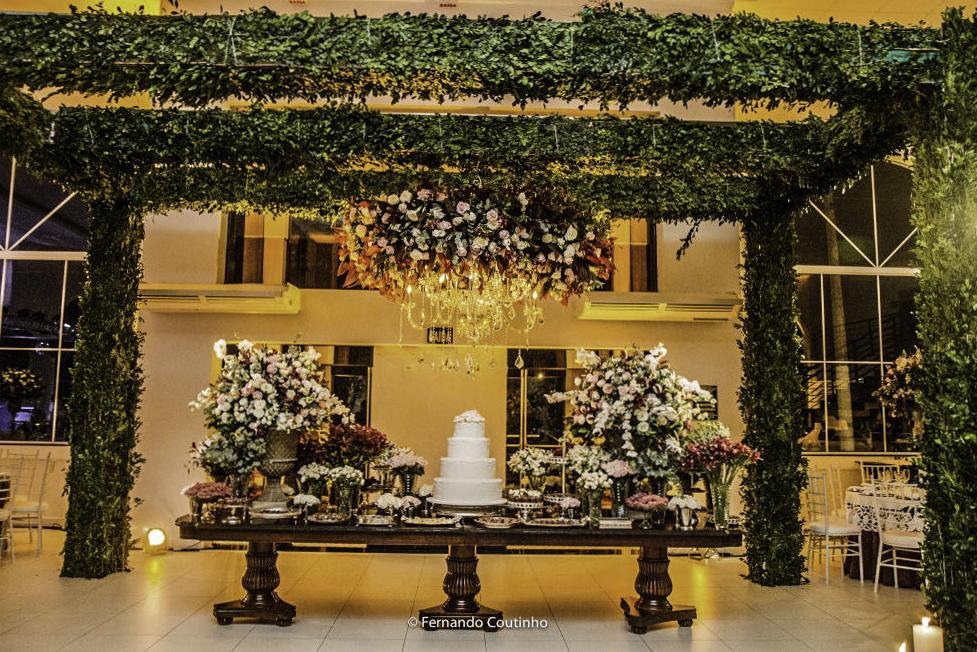 mesa de bolo decorado com suporte de 2 metros altura no espaco de eventos villa nobre eventos decoracao de fernando reame da cdade de americana sao paulo