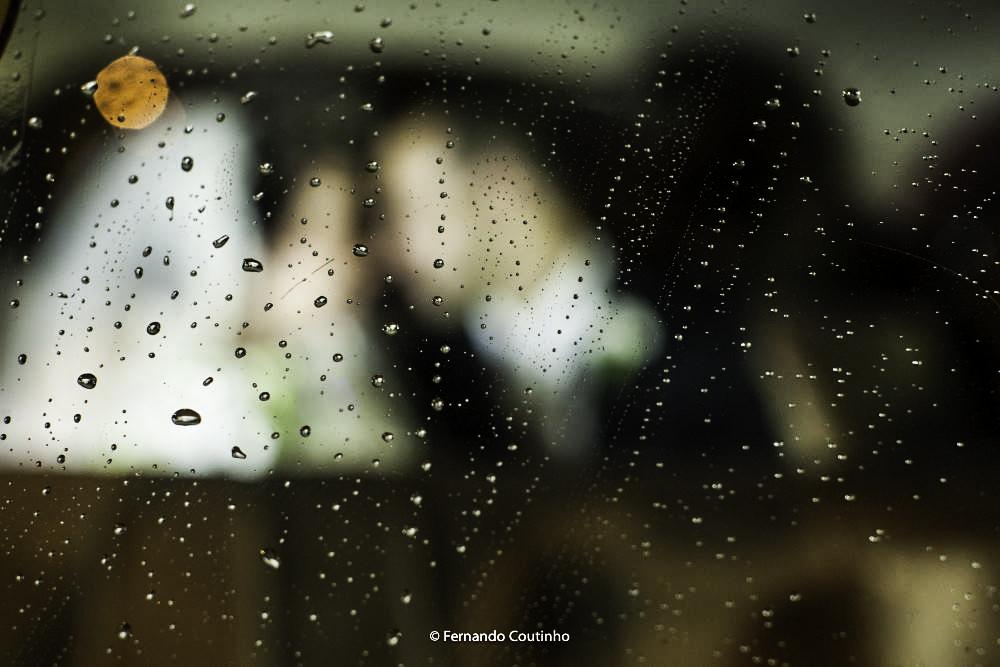 fotografia autoral casamento fotografo autoral casamento com a cena casal noivos dentro do carro dos noivos um rolls royce 1947 preto que levou os noivos a festa no villa nobre eventos em americana