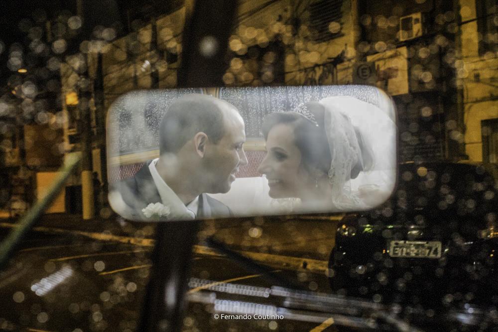 esta fotografia autoral de casamento mostra o casal de noivos dentro do carro dos noivos um rools royce 1947 que levou os noivos a festa de casamento no villa nobre eventos em americana sao paulo