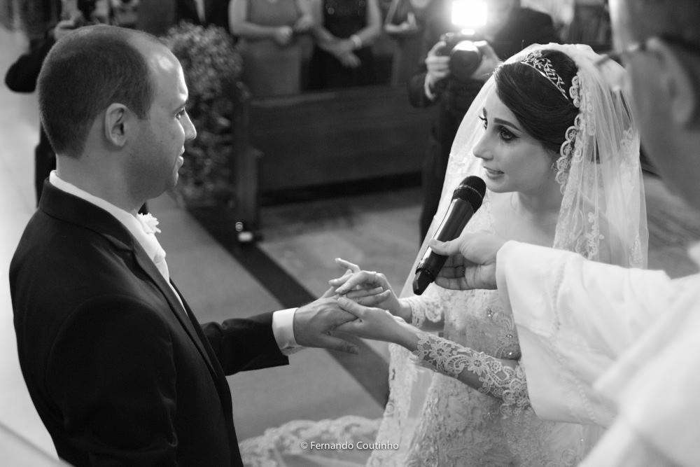 momento da troca de aliacas pelo casal de noivos que trocam aliancas na igreja santo antonio de padua na cidade de Americana sao paulo