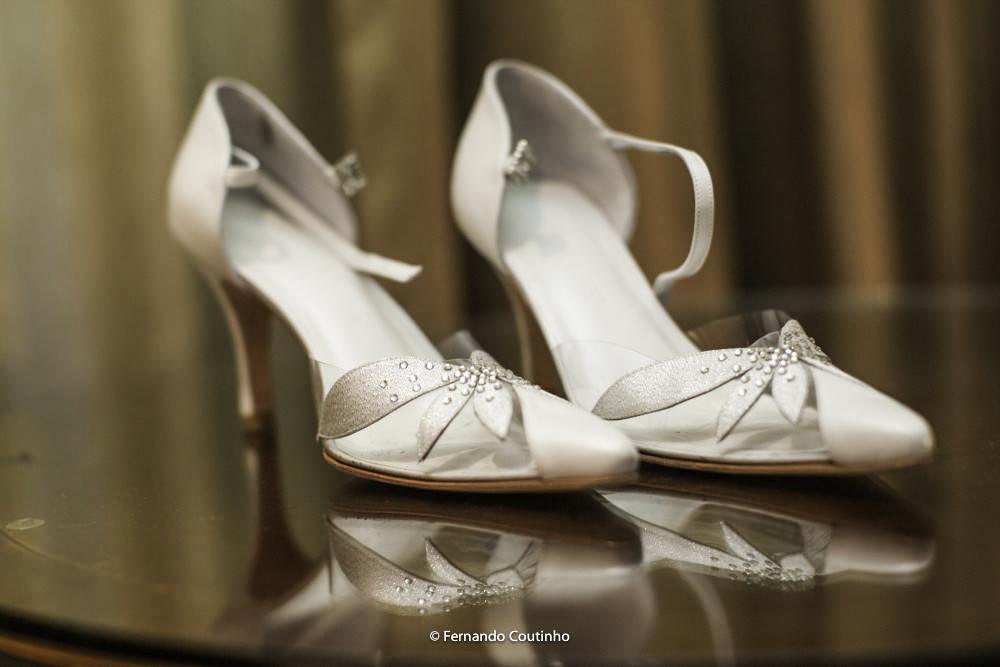 fotografia de casamento feita por fotografo autoral de casamento foto esta de um sapato de noiva muito diferente com detalhes a ouro bordado