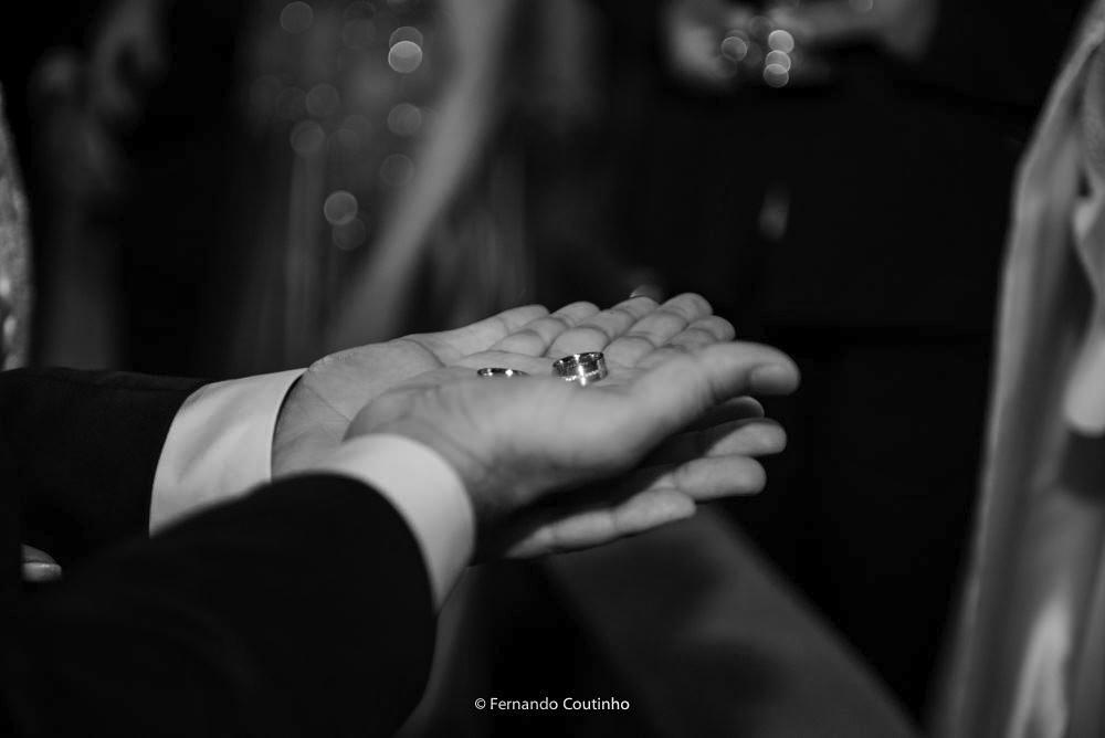 cena que mostra as lindas aliancas de casamento do casal de noivos que se casaram na cidade de campinas e de americana com cerimonial de vera rodrigues
