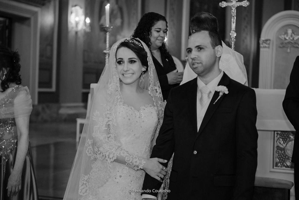 momento que o casal olha a entrada das damas de honras e pajens na igreja basilica santo antonio de padua em americana com organizacao de vera rodrigues cerimonial e assessoria