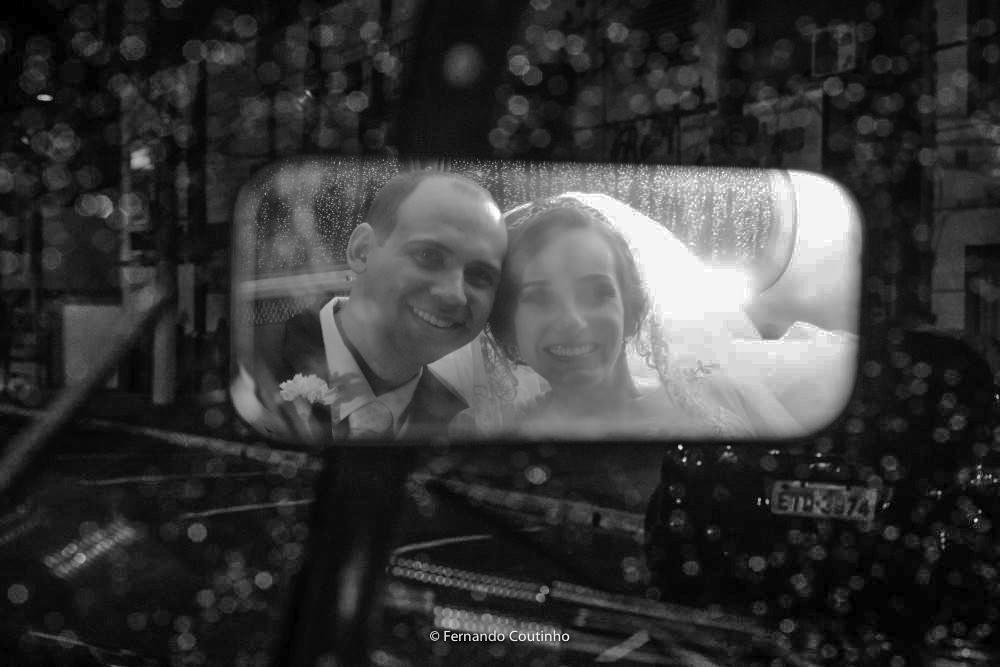 fotografia autoral de casamento com fotos do casal de noivos no rools royce 1947 que levou para a festa de casamento os cnoivos no villa nobre eventos em americana