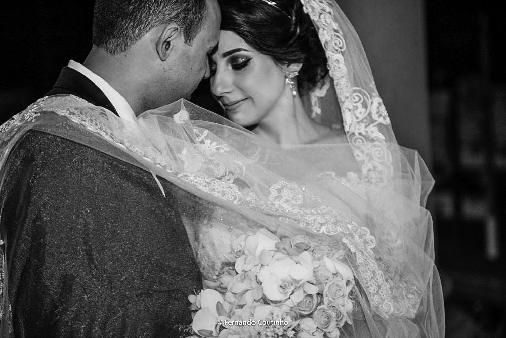 momento do ensaio de noivos, noiva enrolado no veu abraçando seu noivo fotografia autoral feita pelo fotografo de casamento autoral da cidade de campinas sao paulo