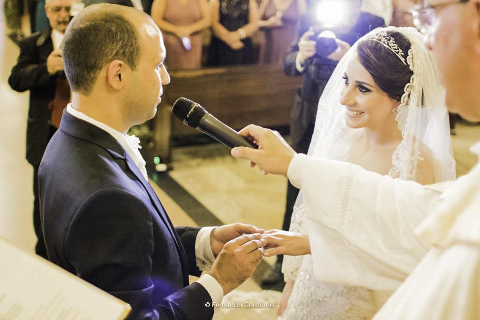 momento da troca de aliancas onde o casal de noivos colocam as aliancas de casamento e o fotografo autoral de casametnos fotografou este momento do casametno a troca de aliancas