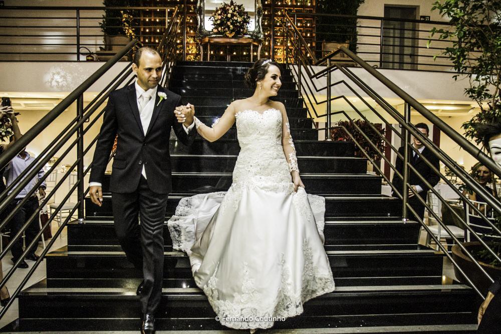 casal de noivos entra em sua festa descendo as escadas do salao de festas villa nobre evetnos na cidade de americana sao paulo