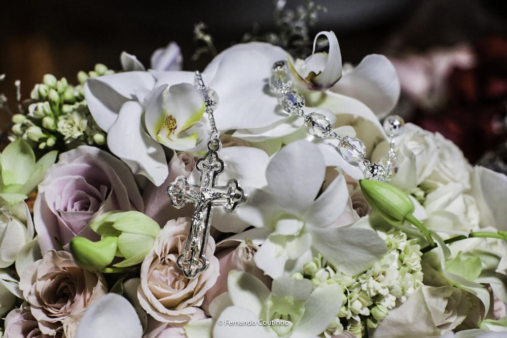 fotografo de casamento autoral fez fotografia autoral de casamento com buquet de noiva com flores orquideas e tambem um terço compondo um cenario lindo para casamento.