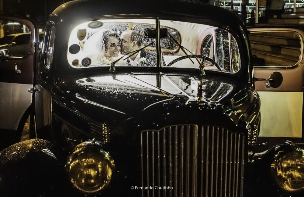fotografia de casametno classica com rolls royce 1947 que levou o casal de noivos a festa de casamento no villa nobre eventos na cidade de americana sao paulo