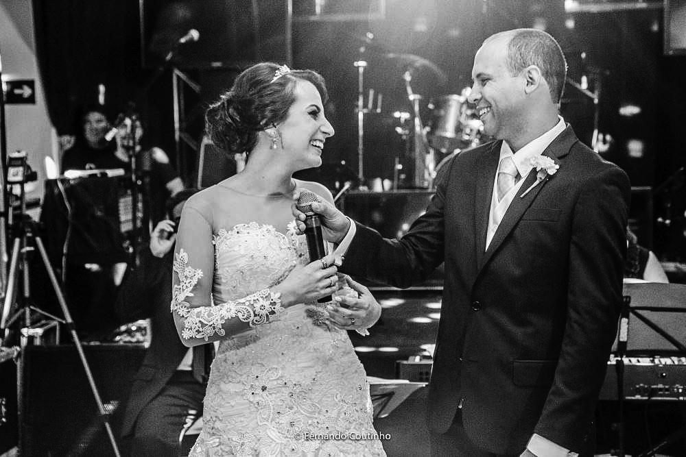 casal na pista d edanças agradece a presença dos convidados e dançam a valsa dos noivos