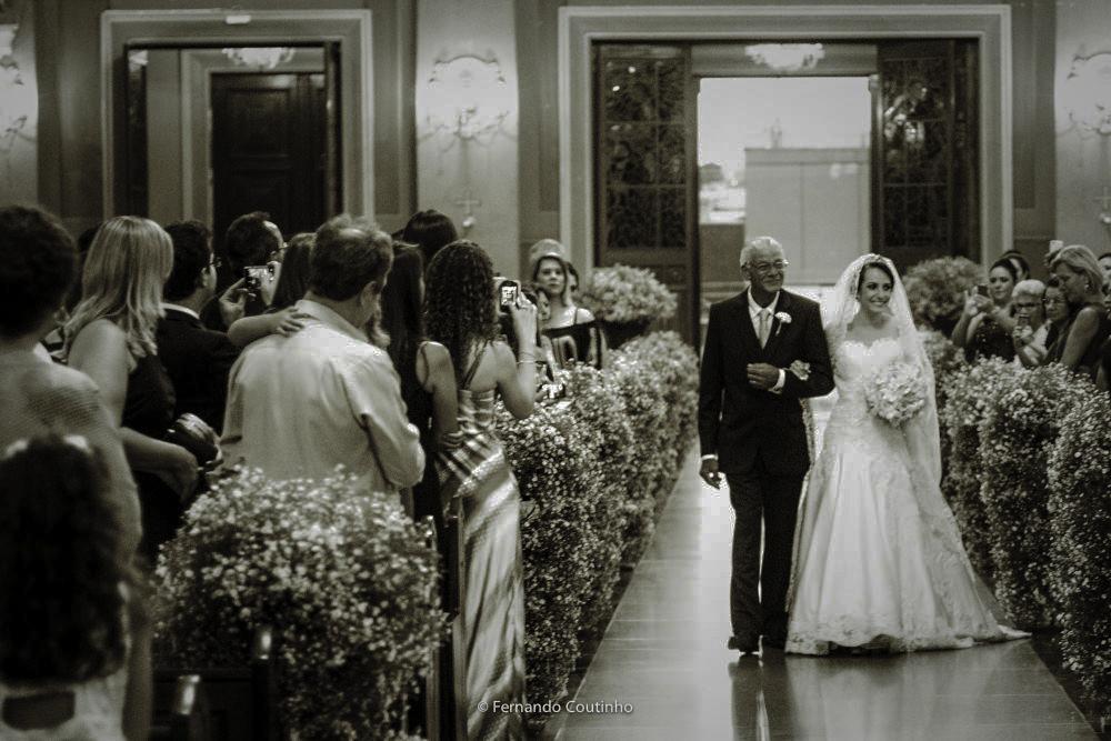 entrada triunfal da noiva na igreja repleta de convidados. a noiva usa um vestido feito pelo estilista donny archanjo e casou na basilica santo antonio de padua na cidade de americana sao paulo