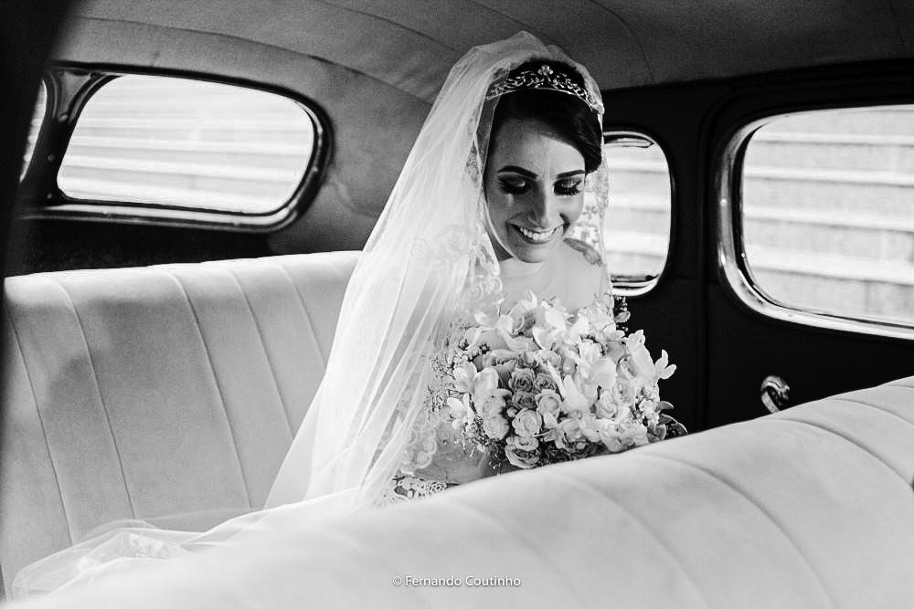 fotografia preto e branco da noiva dentro do carro rolls royce 1947 que levou esta noiva para seu casamento dos seonhos