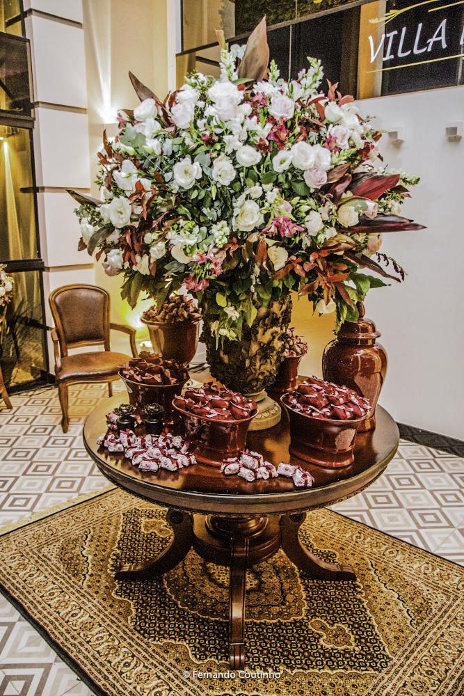 vaso enorme de flores no salao de festas villa nobre eventos na cidade de americana feita pelo decorador de festas casamentos e eventos fernando reame
