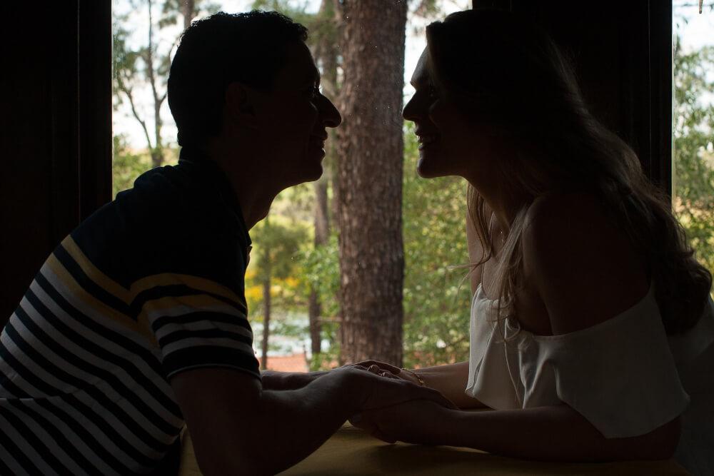 fotografia casamento valinhos e de ensaio fotografico casal em silueta no trem maria fumaca no hotel fazenda duas marias em jaguariuna sao paulo dos noivos de valinhos fotografo casamento campinas