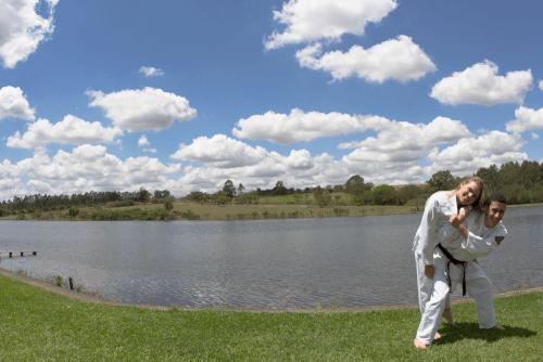 noivos de kimono treinam no lago do hotel fazenda duas marias jaguariuna sao paulo fotografia casamento campinas valinhos vinhedo americana fotografo campinas valinhos vinhedo