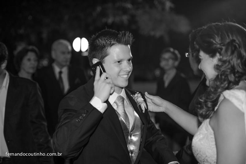 Noivo se arrumando, noivo no celular, Gravata de noivo, making of de noivo, detalhe de casamento, Casamento em Itapira, Matriz de Itapira, Tenis Clube de Itapira,fernando coutinho, fotografia de casamento, fotografo de casamento, festa de 15 anos, eventos