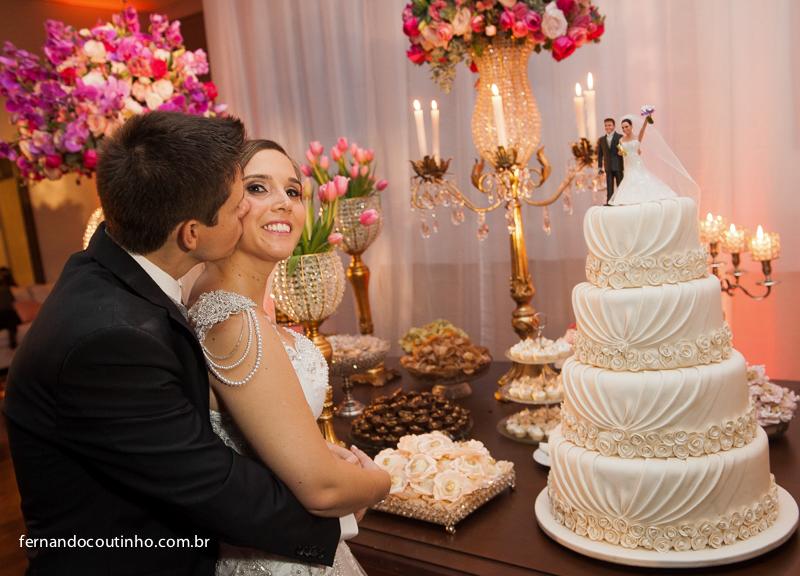 Corte do bolo, mesa de bolo, bolo casamento, doces de casamento, , Bride and groom, beijo dos noivos, beijo de casamento, ensaio dos noivos, pre wedding, ensaio casal, veu de noiva, vestido chique, vestido alta sociedade, traje do noivo, Fernando Coutinho