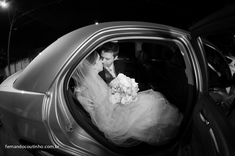 Bride and groom, saida do casal, beijo dos noivos, beijo de casamento, saida de casamento, noivos no carro, cena de casamento, carro dos noivos, Bride e Benz, Fernando Coutinho Fotografia e Cinema, Fernando Coutinho Fotografia e Filme, Fernando Coutinho F