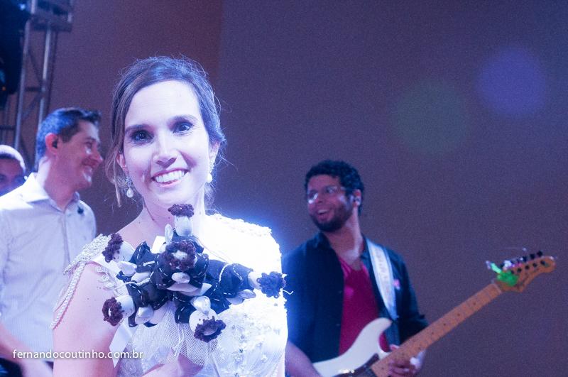 Momento do buquet, hora do buquet, buquet de noiva, noiva joga o buquet, santo antonio, buquet de santo antonio, sapo de noiva, noiva jopga o sapo, Bride and groom, beijo dos noivos, beijo de casamento, ensaio dos noivos, pre wedding, ensaio casal, veu de