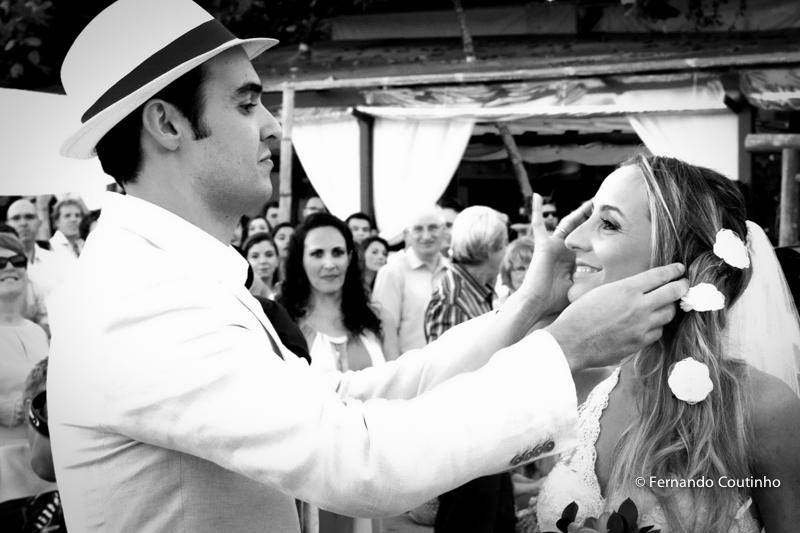 Entrada da noiva, noiva recebida pelo noivo,Casamento na praia, casamento no por do sol, casamento no litoral, Barracudas beach bar e restaurante, praia de toc toc pequeno, sao sebastiao, sao paulo, litoral norte, beira mar, pe na areia, casamento pe na a