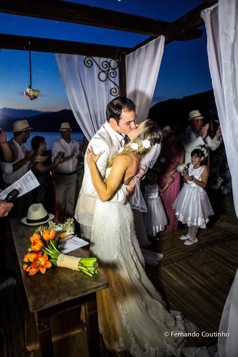 beijo dos noivos, kiss bride, bride and groom, saida do casal, saida dos noivos, lua de mel,Casamento na praia, casamento no por do sol, casamento no litoral, Barracudas beach bar e restaurante, praia de toc toc pequeno, sao sebastiao, sao paulo, litoral
