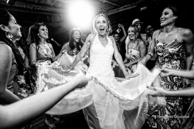 Corte do bolo, casal brindando, casal corta o bolo, noivos a mesa do bolo, mesa de doces, docinhos, tacinha do caamento, Entrada dos noivos, entrada do casal, entrada na festa, fotos noivo com chapeu, noivo com chapeu, , lua de mel,Casamento na praia, cas