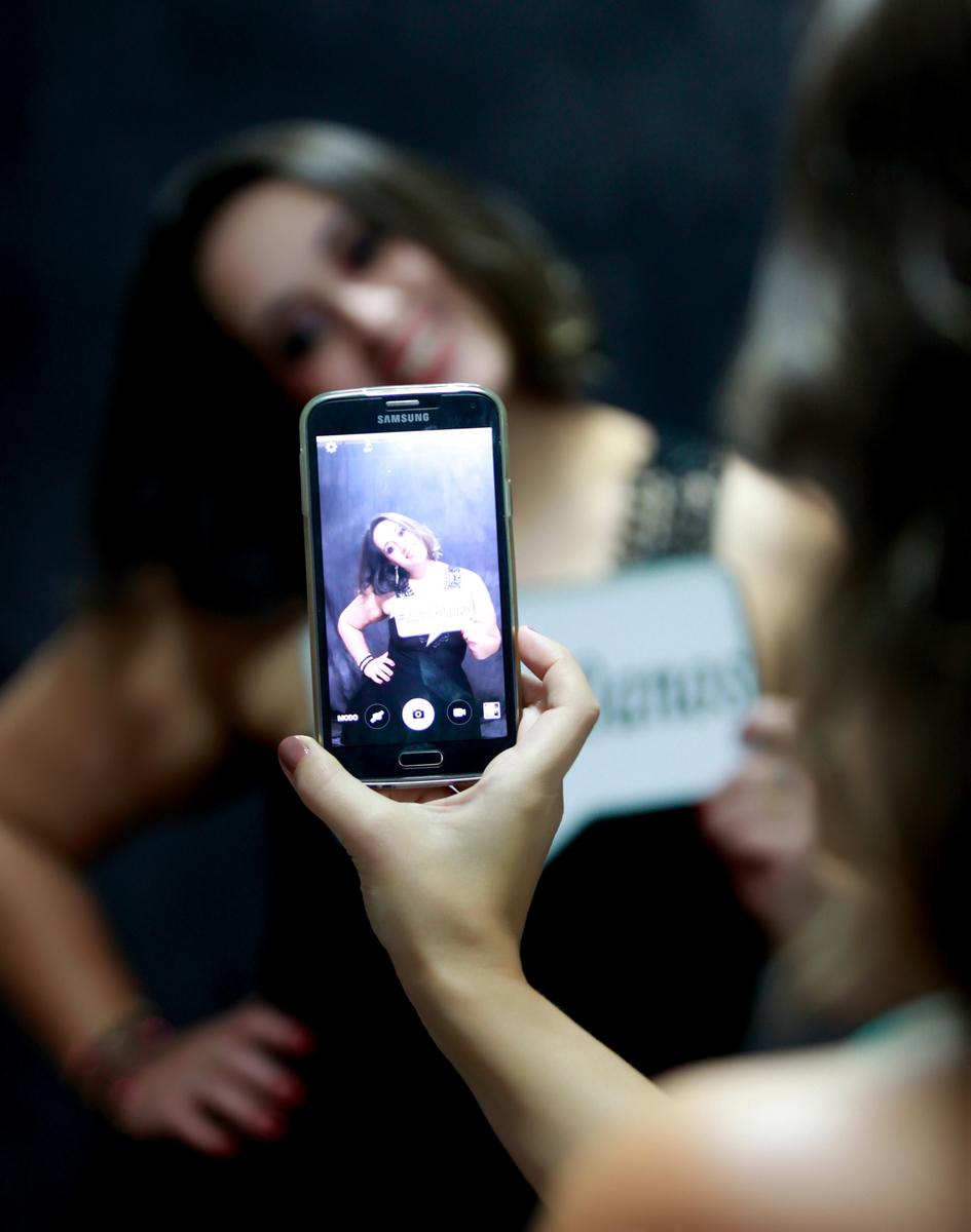 um selfie. um momento de pausa nas fotografias e essas meninas tiram fotos. parabens. ensaio realizado no estudio do fotografo nico na cidade de brasilia no distrito federal.