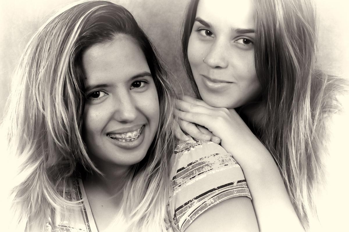 mesmo em preto e branco essa foto diz muito dessa amizade. venha realizar o seu ensaio fotografico. ligue e agende