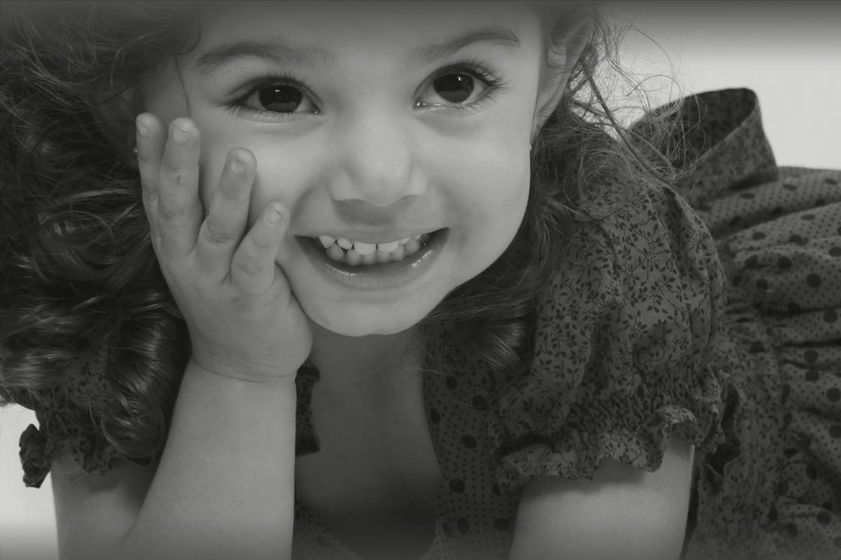 A foto em preto e branco nao apagou o brilho dessa princesa e com esse sorriso seria impossivel nao conquistar o fotografo nico que fez o ensaio em seu estudio fotografico.