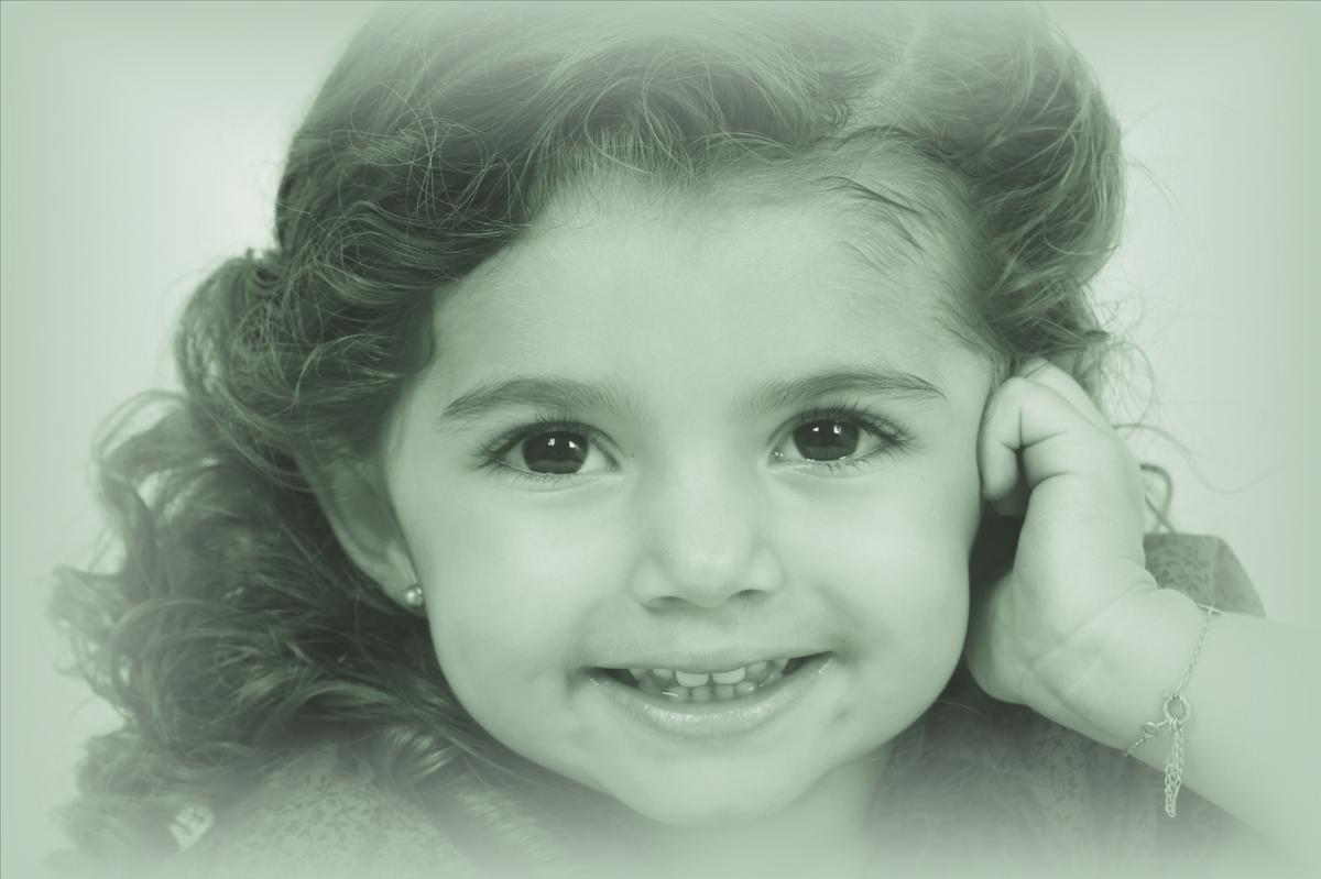 o cabelo da modelo mirim simplesmente e lindo, esse rostinho infantil conquista o fotografo nico no estudio.
