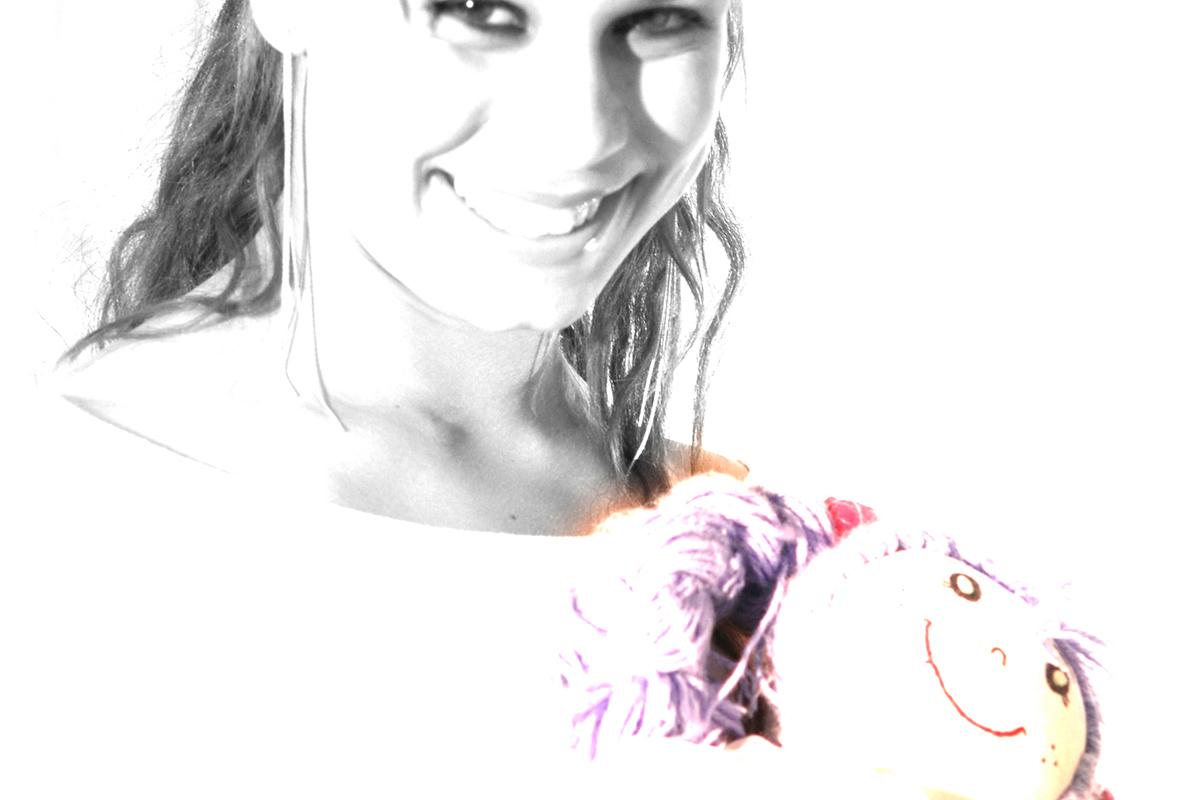 um olhar de menima e moca, com uma boneca a modelo foi se envolvendo no ensaio fotografico realizado na octogonal pelo fotografo nico.