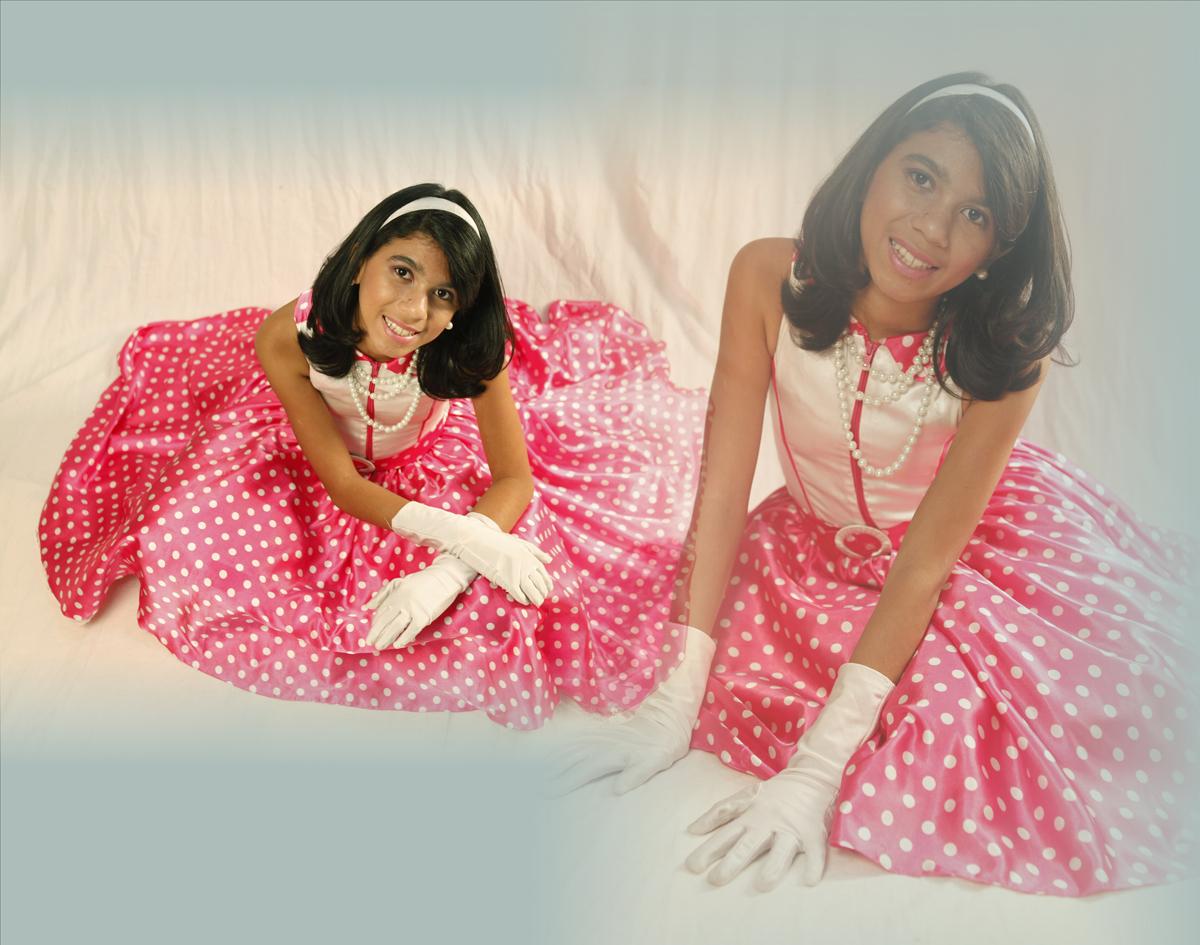 pose e mais pose, mas no final um trabalho maravilho. com otimos resultados. a modelo estava usando luvas brancas, vestido rosa com bolinhas. com uma tiara maravilhosa com esse conjunto nico studio fotografico, localizado na area octogonal sul, bloco a, l