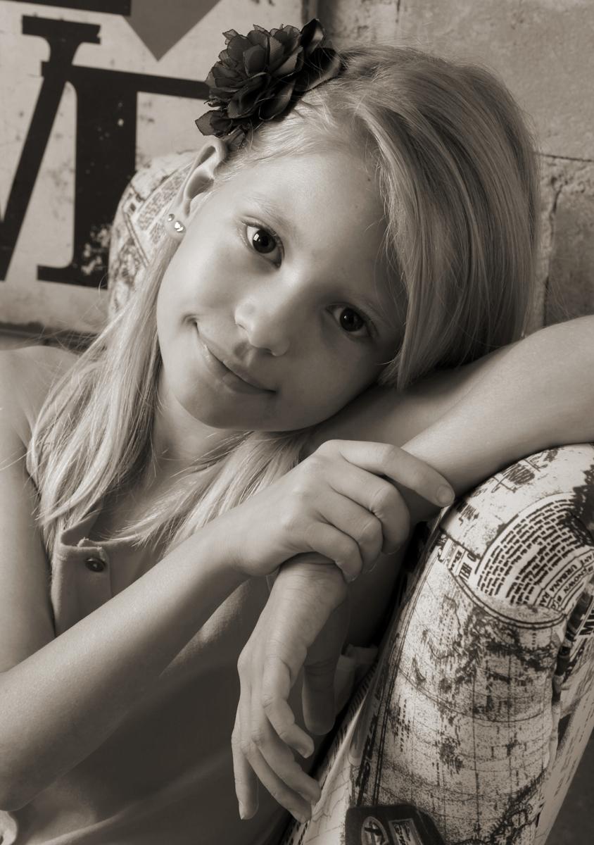 olhar desta princesa ja diz tudo, mesmo sem cores possui caracteristicas proprias que pude perceber atraves das lentes fotograficas no estudio do nicofotografo, situado na octogonal em brasilia no distrito federal. parabens.