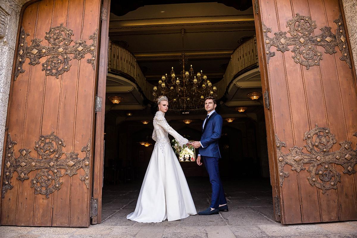 casal na porta do castelo de itaipava