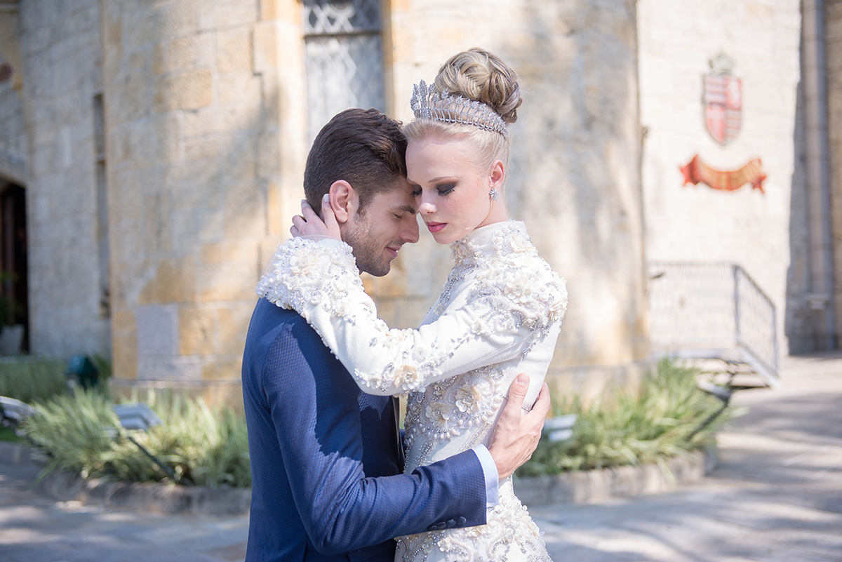casal na frente do castelo de itaipava