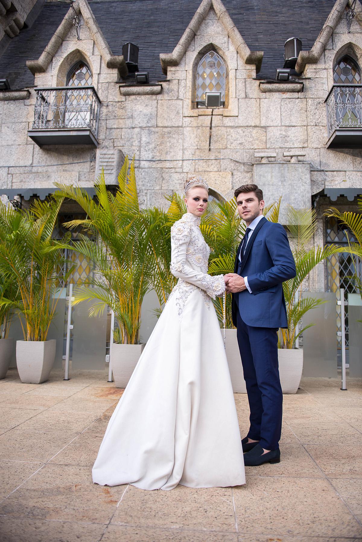 noivos na frente do castelo de itaipava