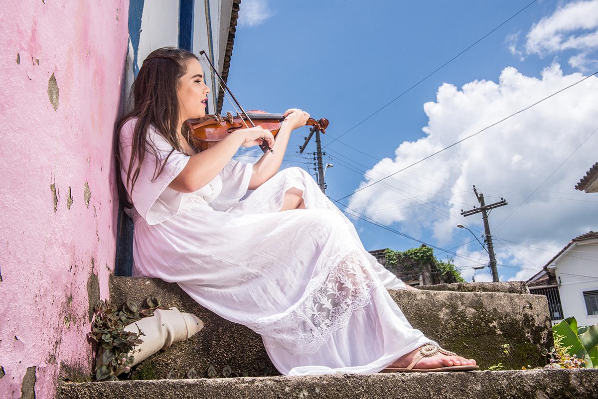 debutante com violino na escada