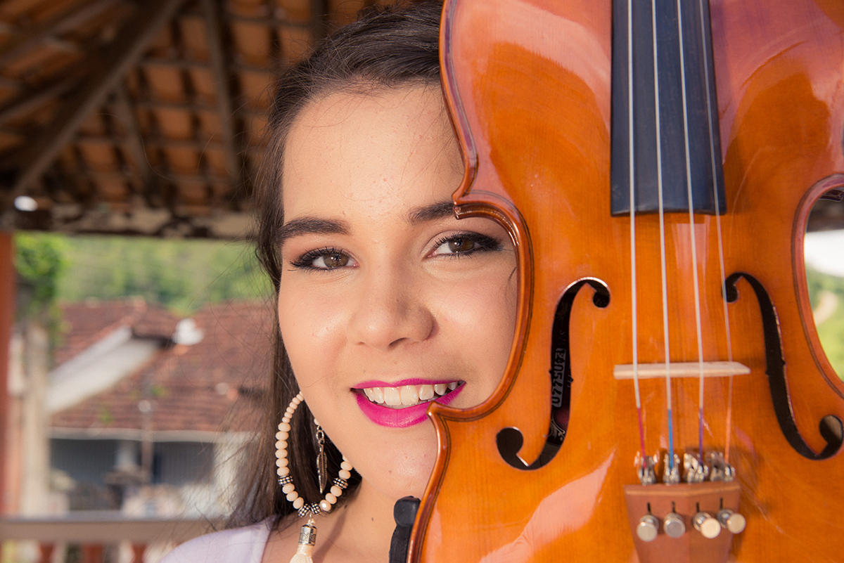 debutante com violino no coreto